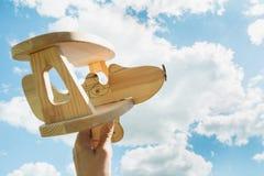 Giochi l'aeroplano a disposizione ed il cielo nuvoloso blu come fondo Immagine Stock Libera da Diritti