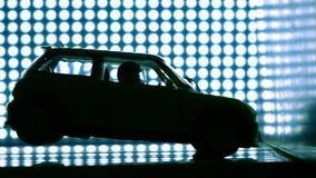 Giochi l'automobile che si schianta nella parete Concetto del laboratorio di prova di arresto Il blu accende il fondo, video di m archivi video