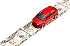 Giochi l'automobile sulla strada dei soldi, isolata su bianco Fotografia Stock Libera da Diritti