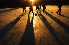 Giochi l'hockey con i vostri genitori o con gli amici Immagini Stock