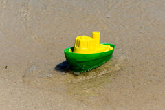 Giochi la barca nella sabbia bagnata del mare Vacanze estive in mare Viaggi della barca Fotografie Stock Libere da Diritti