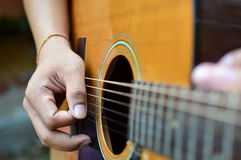Giochi la bella ragazza teenager della chitarra… che gioca la musica con una chitarra Immagine Stock Libera da Diritti