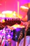 Giochi la chitarra Fotografie Stock