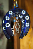 Giochi la mascotte del cavallo sotto forma di ferro di cavallo con l'intarsio Fotografia Stock