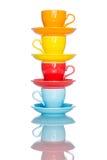 Giochi la tazza variopinta multipla della tazza di caffè sulla tavola della riflessione Fotografie Stock