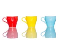 Giochi la tazza variopinta multipla della tazza di caffè sulla tavola della riflessione Fotografia Stock Libera da Diritti