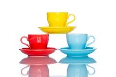 Giochi la tazza variopinta multipla della tazza di caffè sulla tavola della riflessione Immagine Stock Libera da Diritti