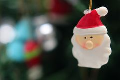 Giochi la testa Santa Claus sul primo piano del fondo dell'albero di Natale immagine stock libera da diritti