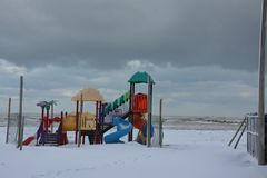 Giochi per i bambini sul mare nell'inverno immagine stock libera da diritti