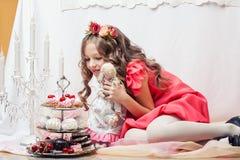Giochi svegli allegri della ragazza con la bambola fatta a mano Immagine Stock Libera da Diritti