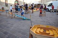 Giochi tradizionali nel villaggio medievale di Staffolo in Italia fotografie stock libere da diritti
