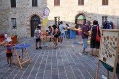Giochi tradizionali nel villaggio medievale di Staffolo in Italia fotografia stock