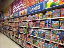 Giochi in un deposito di giocattolo fotografie stock libere da diritti