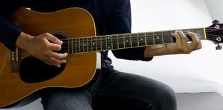Giochi una corda Csus4 della chitarra Fotografia Stock Libera da Diritti