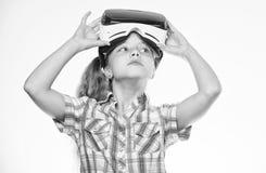 Giochi virtuali del gioco da bambini con il dispositivo moderno Esplori l'opportunit? virtuale Pi? nuovi giochi di realt? virtual fotografia stock