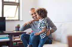 Gioco africano del figlio e del padre fotografia stock