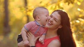 Gioco allegro della madre con il bambino video d archivio