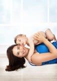 Gioco allegro della madre con il figlio Fotografia Stock