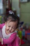 Gioco asiatico del bambino della ragazza di sorriso Fotografie Stock