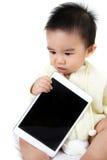Gioco asiatico del gioco del bambino con il PC della compressa Immagini Stock