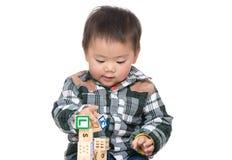 Gioco asiatico del neonato con il blocchetto del giocattolo Fotografia Stock Libera da Diritti