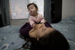 Gioco asiatico della figlia e della madre Immagini Stock