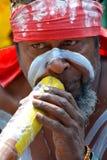 Gioco australiano indigeno aborigeno dell'uomo sul didgeridoo in Sydne Immagine Stock