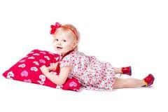 Gioco bello del bambino con un grande cuscino Fotografia Stock Libera da Diritti