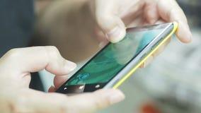 Gioco che gioca sul telefono cellulare video d archivio