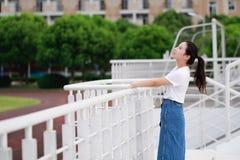 Gioco cinese asiatico dello studente universitario sul campo da giuoco Immagini Stock Libere da Diritti