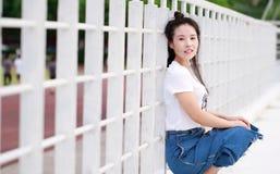 Gioco cinese asiatico dello studente universitario sul campo da giuoco Fotografie Stock Libere da Diritti