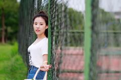 Gioco cinese asiatico dello studente universitario sul campo da giuoco Immagine Stock