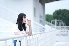 Gioco cinese asiatico dello studente universitario sul campo da giuoco Immagini Stock