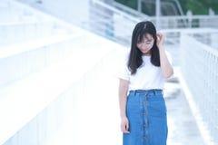 Gioco cinese asiatico dello studente universitario sul campo da giuoco Fotografia Stock Libera da Diritti