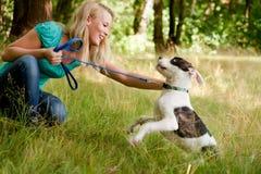 Gioco con il mio cane nella foresta Fotografia Stock