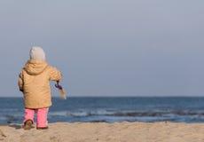 Gioco con la sabbia - serie della spiaggia Fotografia Stock