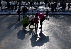 Gioco congelato della famiglia della fontana Immagini Stock Libere da Diritti
