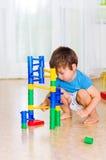 Gioco da bambini con i giocattoli Fotografia Stock