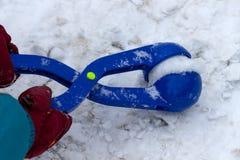 Gioco da bambini con il creatore delle palle di neve Fotografia Stock Libera da Diritti
