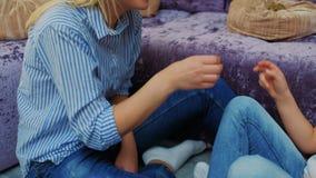 Gioco da bambini della madre di svago di passatempo del legame del gioco della famiglia stock footage