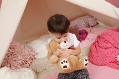 Gioco da bambini: Finga i giocattoli dei giochi e la tenda di tepee Fotografia Stock Libera da Diritti
