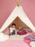 Gioco da bambini: Finga i giocattoli dei giochi e la tenda di tepee Fotografie Stock Libere da Diritti