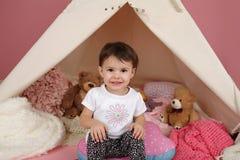 Gioco da bambini: Finga i giocattoli dei giochi e la tenda di tepee Immagini Stock Libere da Diritti
