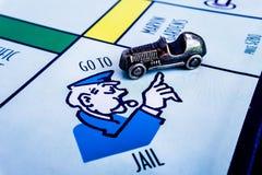 Gioco da tavolo di monopolio - il segno dell'automobile VA IMPRIGIONARE immagini stock