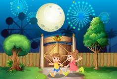 Gioco dei bambini all'aperto nel mezzo della notte Immagine Stock
