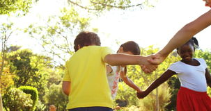 Gioco dei bambini anello-intorno--ottimistico stock footage