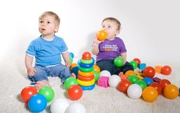 Gioco dei bambini con i giocattoli Immagini Stock Libere da Diritti