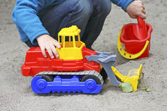 Gioco dei bambini nella sabbiera Immagine Stock Libera da Diritti
