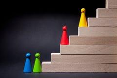 Gioco dei chip sulle scale di legno Immagini Stock