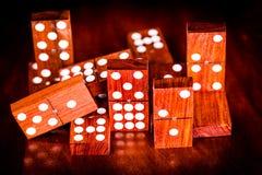 Gioco dei domino con un fondo scuro e le riflessioni Fotografie Stock Libere da Diritti